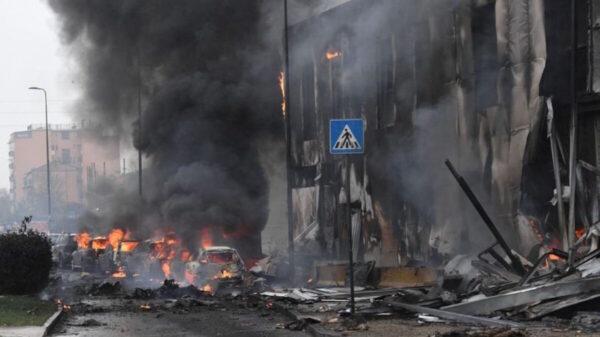 Se estrella avioneta en edificio en Milán; deja 8 muertos