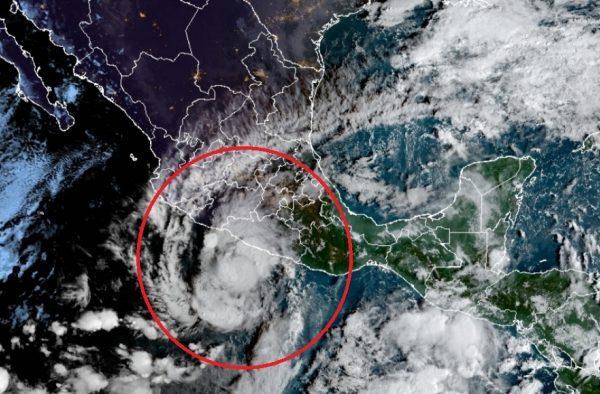 Huracán 'Rick' provoca lluvias intensas en cinco estados del Pacífico.