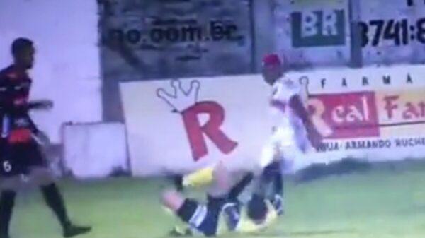Detienen a futbolista por patear la cabeza del árbitro (video)